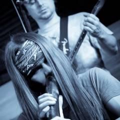 Микита Єфанов грає на діджеріду. Презентація концертної програми групи