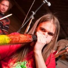 Микита Єфанов грає на діджеріду. Тринадцятий день народження гурту